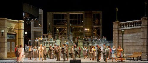 From l. A scene from Bebe Dom. (Photo Prensa Teatro Colón/Máximo Parpagnoli)