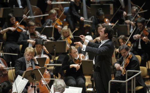 Das Deutsches Symphonie-Orchester Berlin spielt am 6.12.2009 in der Berliner Philharmonie - wŠhrend des Konzerts wird eine Protestnote gegen den geplanten Zusammenschluss von RSB und DSO protestiert.
