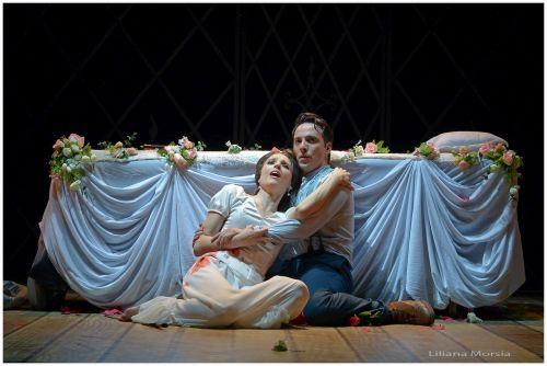 Oriana Favaro (Juliette) and Santiago Ballerini (Roméo) in Buenos Aires Lírica's new production of Gounod's Roméo et Juliette. Photo Liliana Morsia