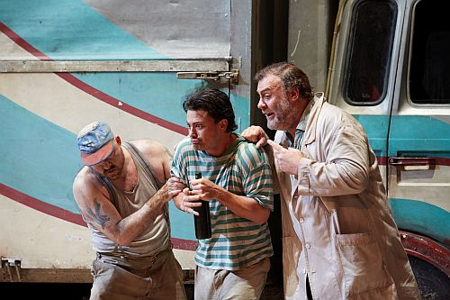 L'ELISIR D'AMORE VITTORIO GRIGOLO AS NEMORINO AND BRYN TERFEL AS DULCAMARA © ROH PHOTOGRAPH BY MARK DOUET