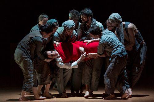 Kumudha (Julia Sporsén) found by wandering beggars (dancers). Photo: Mats Bäcker
