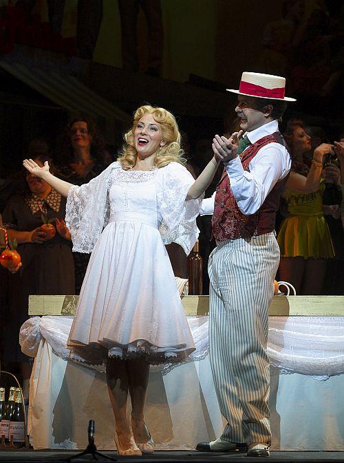 Caption: Adriana Kučerová (Adina) and Simón Orfila (Dulcamara) in Teatro Colón's new production of L'elisir d'amore. (Photo Prensa Teatro Colón/Máximo Parpagnoli)