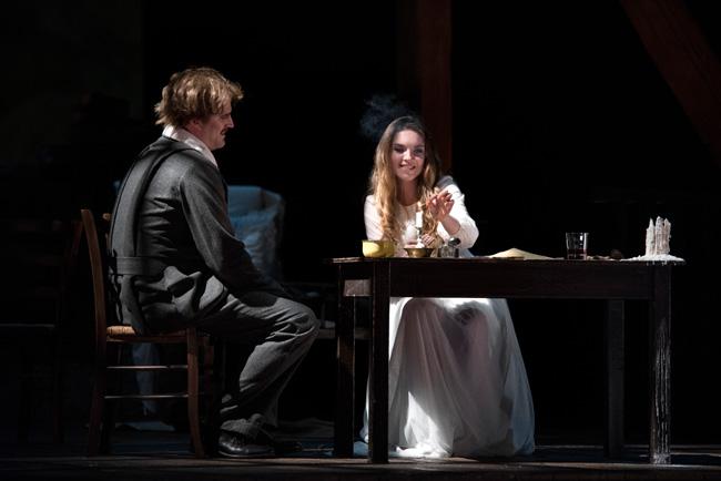 Yana Kleyn i rollen som Mimì och Daniel Johansson i rollen som August Strindberg (Rodolfo) i den skandinaviska versionen av La Bohème regisserad av José Cura.