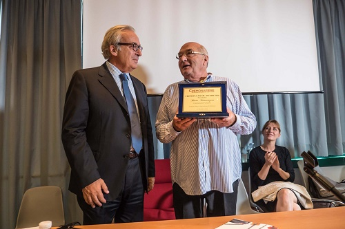 Antonio Piva, President of CremonaFiere presenting the 2016 prize to Bruno Monsaingeon.