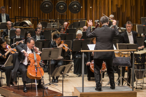 Alan Gilbert conducts the New York Philharmonic with Yo-Yo Ma as soloist in Esa-Pekka Salonen Cello Concerto at Barbican Centre, 2 April, 2017. Photo by Chris Lee