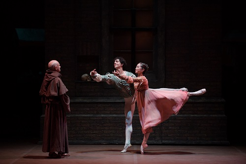 Erina-Takahashi-as-Juliet-and-Isaac-Hernandez-as-Romeo-in-Romeo-Juliet-©-Laurent-Liotardo-1