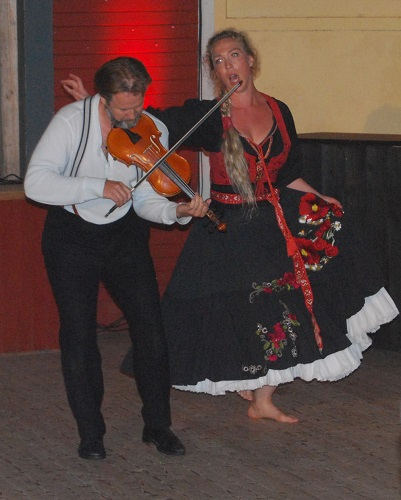 Mathias Zachariassen and Paulina Pfeiffer as Jona and Uggle-Carin