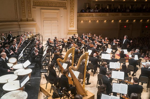 Gustavo Dudamel conducting the Vienna Philharmonic Orchestra in Carnegie Hall © Chris Lee