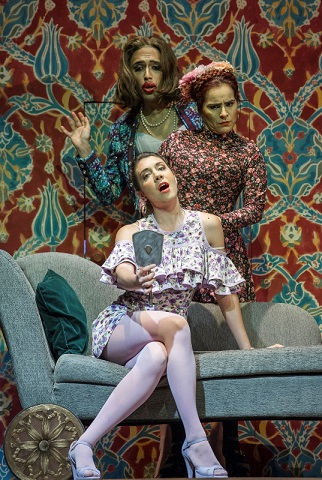The three ladies (from front) Sofía Di Benedetto (Doralice), Evelyn Ramírez (Leonora) and Josué Miranda (Aunt Cornelia) in Teatro Colón's Il trionfo dell'onore (Photo Máximo Parpagnoli)